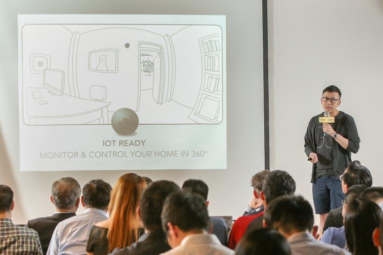 5. 來自台灣8家亮眼的VR團隊上台以英文做6分鐘的簡報,圖中為360度相機開發團隊 Memora 介紹產品LUNA。
