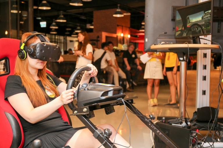 8. 現場設有HTC Vive 體驗區,圖中與會者正在體驗台灣VR團隊Mixreal的模擬開車系統